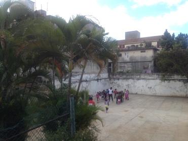 Sicht auf einen Schulhof in Havanna: Bei der Besichtigung der Schulen wurden die Forschenden von Mitarbeitern des für Bildung zuständigen Ministeriums begleitet. Foto: Dumont