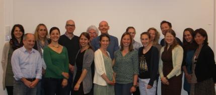 Praetorius (vierte v.l. ) mit den Kolleginnen Dr. Kathrin Rakoczy (erste v.l.), Dr. Jasmin Decristan (dritte v.l.), Professor Eckhard Klieme (siebter v.l.) und anderen Tagungsbesucherinnen und -besuchern aus aller Welt.